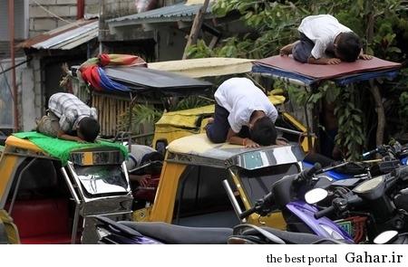 6n1urev7wxuhg5568vo5 نماز اول وقت روی سقف تاکسی! / عکس