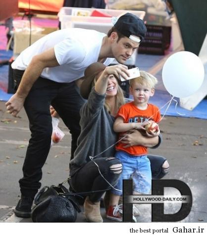 article26807971F6130 418x475 عکس های جدید هیلاری داف به همراه همسر و فرزندش