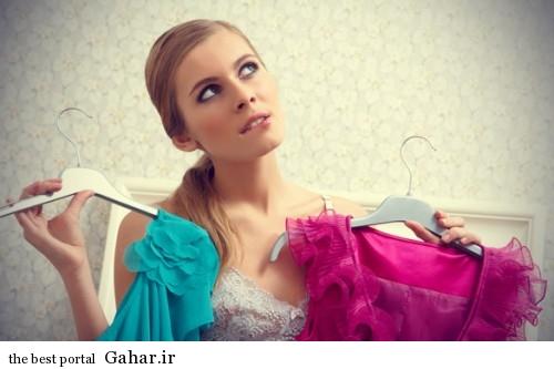 woman choosing dress to wear 500x333 بهترین رنگ لباس برای شما کدام است؟