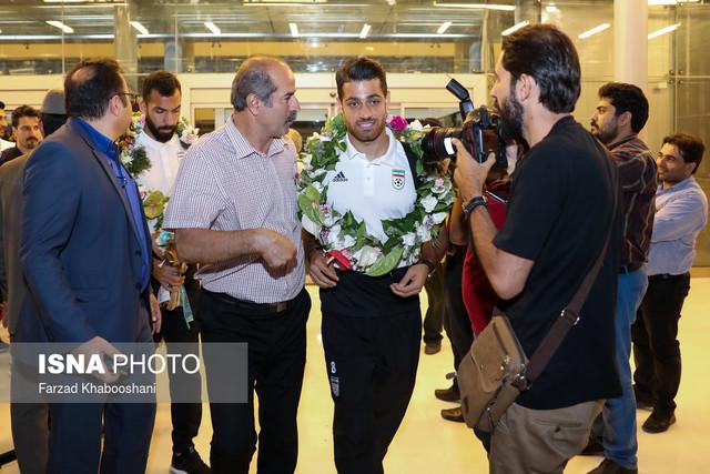 029218 Gahar ir عکسهای استقبال پرشور مردم از کاروان تیم ملی در فرودگاه امام خمینی