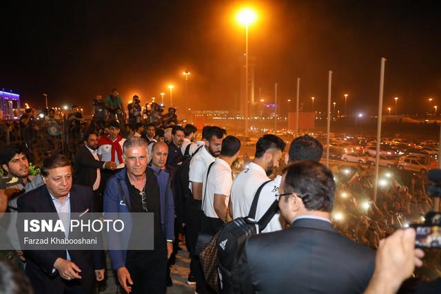 076504 Gahar ir عکسهای استقبال پرشور مردم از کاروان تیم ملی در فرودگاه امام خمینی