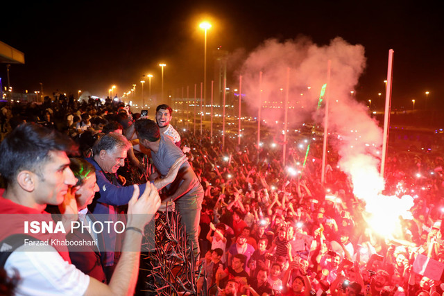 882953 Gahar ir عکسهای استقبال پرشور مردم از کاروان تیم ملی در فرودگاه امام خمینی