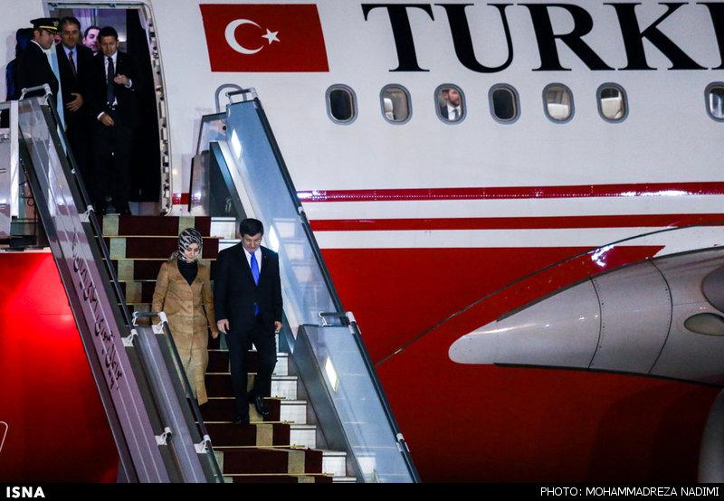 1457222261 عکس های نخست وزیر ترکیه و همسرش در فرودگاه مهرآباد
