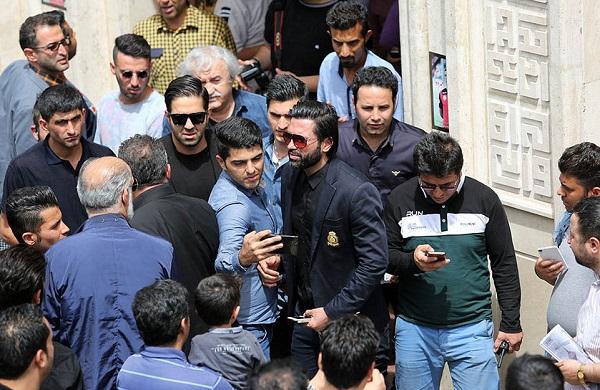 1461791627 صحنه های زشت در مراسم ختم مهرداد اولادی در تهران