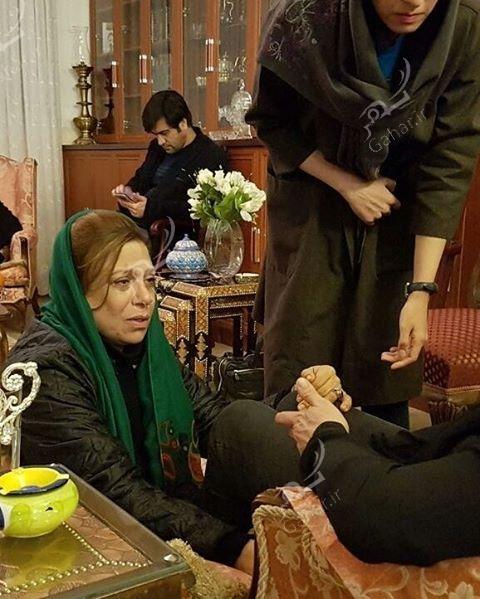 1489547185 حضور بازیگران در منزل مرحوم علی معلم / عکس