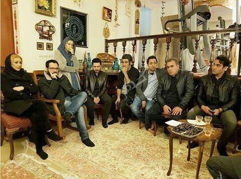 1489599386 حضور بازیگران در منزل مرحوم علی معلم / عکس