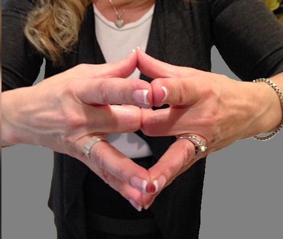 1583392715 علت قرار دادن حلقه ازدواج در انگشت چهارم دست چپ